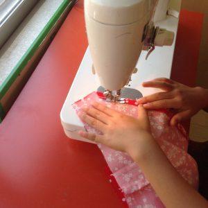 三角巾を縫製中