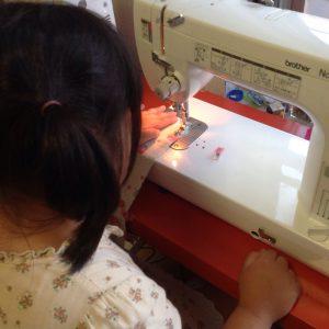 ヘアバンド縫製中