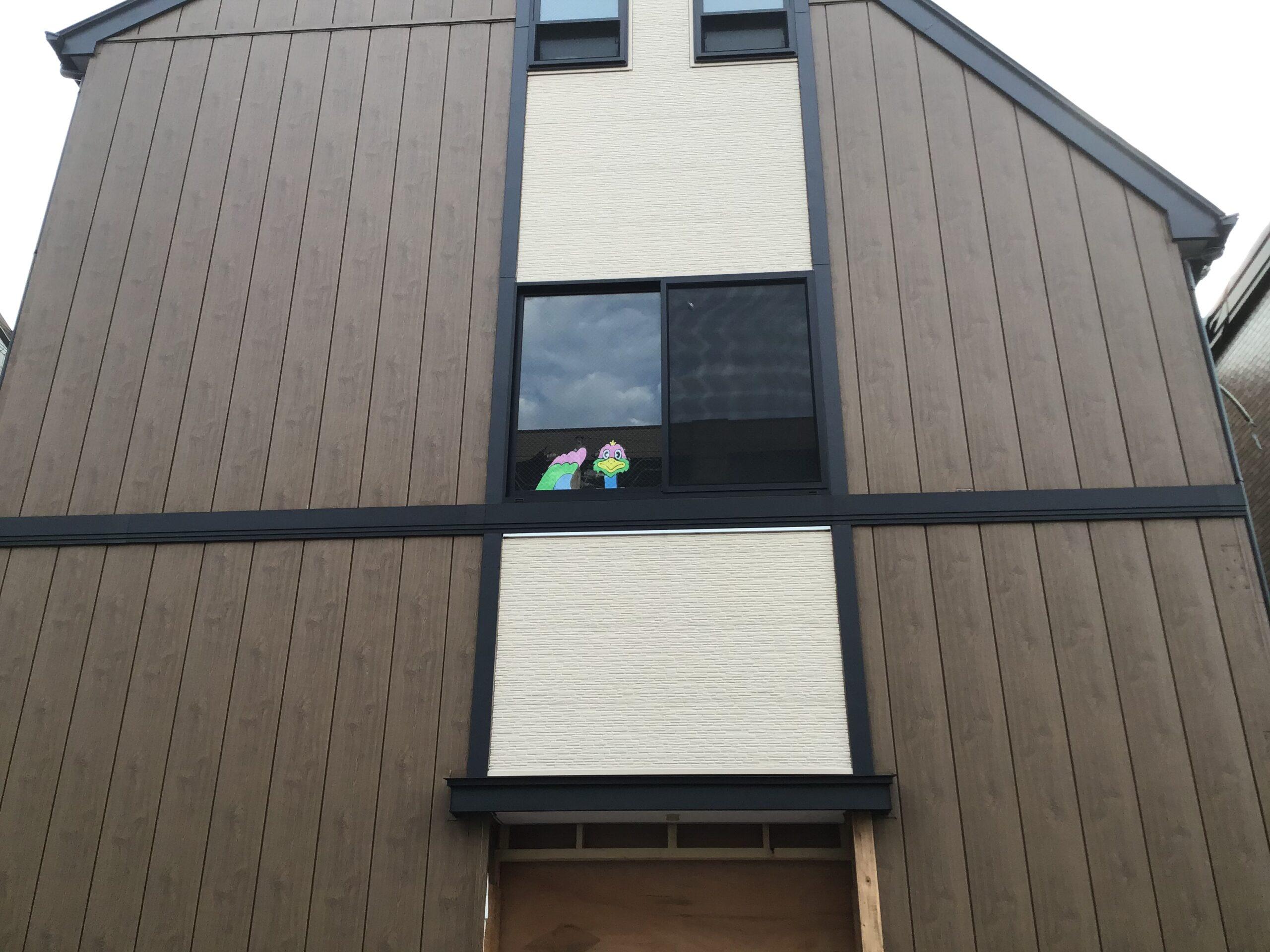新店舗、2階の窓からのぞいてるのはだーれだ!